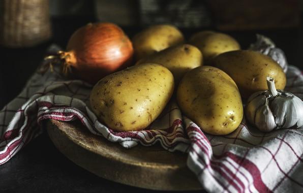 Картинка темный фон, стол, еда, полотенце, лук, кухня, натюрморт, подставка, композиция, чеснок, картошка, картофель