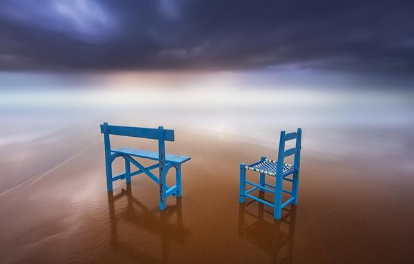 Картинка небо, берег, стулья