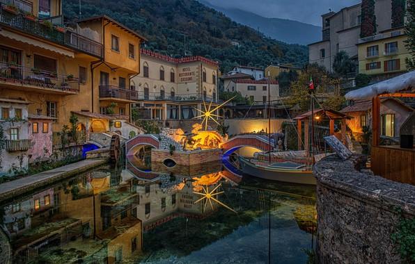 Картинка озеро, отражение, лодка, здания, дома, Италия, мостики, Italy, Lake Garda, Озеро Гарда, Кассоне, Cassone