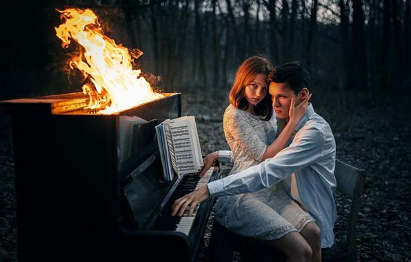 Картинка лес, девушка, ноты, огонь, пламя, ситуация, парень, фортепиано, пианино, влюблённые, на коленях, Альберт Лесной