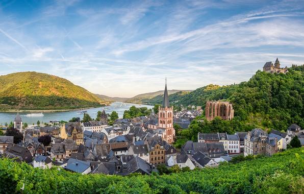 Картинка зелень, небо, солнце, облака, деревья, пейзаж, горы, река, дома, корабли, Германия, панорама, Bacharach