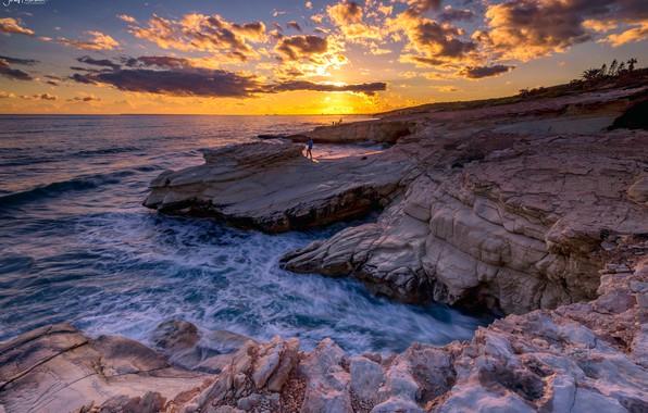 Картинка море, небо, солнце, облака, закат, камни, люди, скалы, побережье, горизонт