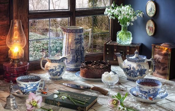 Картинка цветы, стиль, лампа, чайник, окно, подснежники, чашки, торт, книга, кружки, кувшин, натюрморт, сервиз, сундучок
