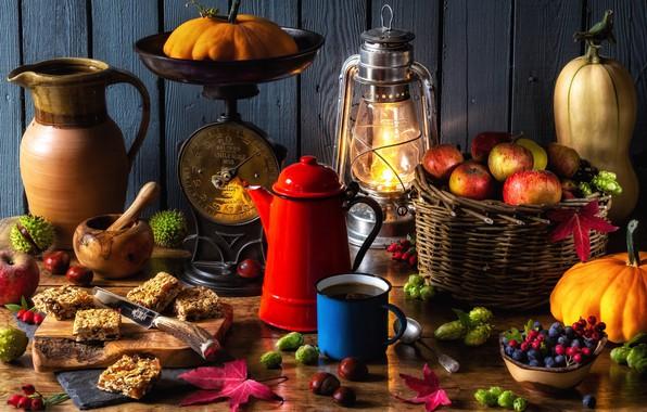 Картинка ягоды, корзина, яблоки, лампа, чайник, кружка, фонарь, тыквы, кувшин, орехи, весы, каштаны, осенний натюрморт