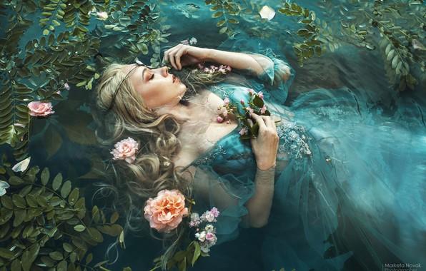 Картинка листья, вода, девушка, цветы, поза, настроение, сон, ситуация, руки, платье, закрытые глаза, спящая, Marketa Novak, …