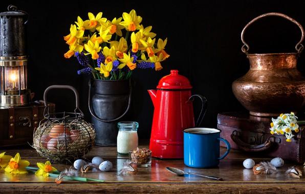 Картинка цветы, стиль, лампа, яйца, букет, кружка, чемодан, натюрморт, корзинка, нарциссы, мускари, сундучок, кофейник