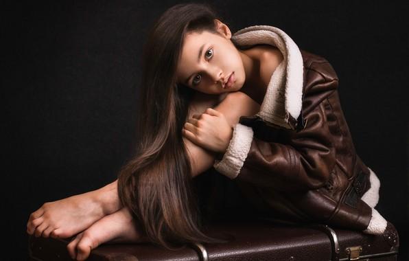 Картинка взгляд, поза, куртка, девочка, чемодан, длинные волосы, тёмный фон, Элина Гарипова