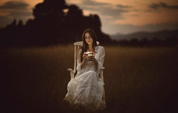 Картинка поле, осень, взгляд, девушка, свет, белое, печаль, кресло, вечер, платье, стул, светильник, полумрак, сумерки, сидит, …