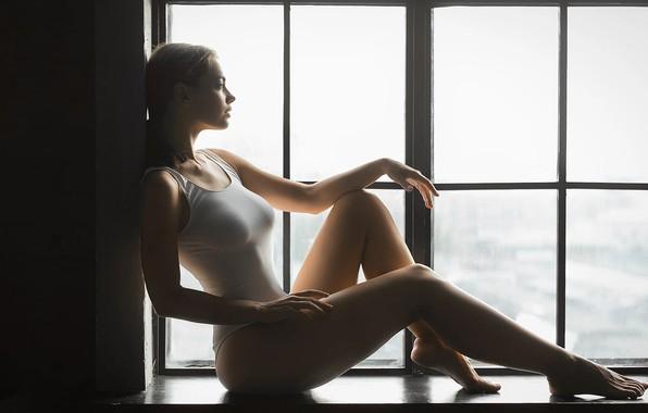 Картинка грудь, девушка, окно, сидит, Mark Prinz