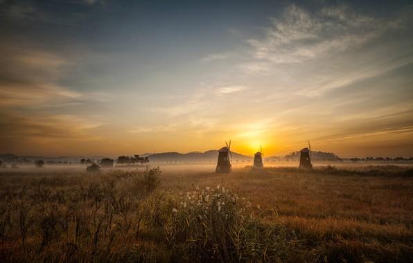 Картинка поле, небо, трава, солнце, облака, свет, пейзаж, природа, туман, рассвет, холмы, утро, дымка, ветряные мельницы, …