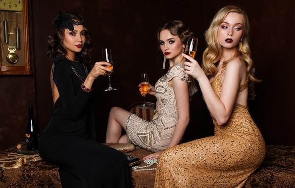 Картинка время, стиль, ретро, стол, девушки, вино, часы, бутылка, платье, брюнетка, блондинка, стул, бусы, блондинки, шампанское, …