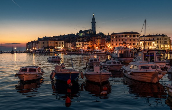 Картинка море, ночь, город, здания, дома, лодки, освещение, фонари, гавань, Хорватия, Ровинь