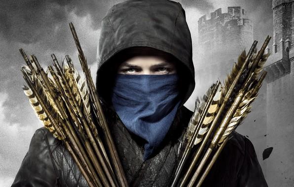 Картинка взгляд, фон, куртка, капюшон, крепость, стрелы, приключения, постер, платок, Robin Hood, черно-белый фон, Taron Egerton, ...