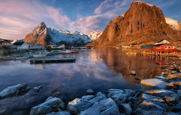 Картинка зима, иней, небо, облака, пейзаж, горы, синий, природа, отражение, синева, камни, скалы, голубой, голубое, дома, …