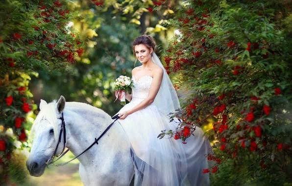 Картинка осень, белый, девушка, цветы, улыбка, парк, настроение, конь, белое, лошадь, букет, платье, невеста, рябина, свадебное