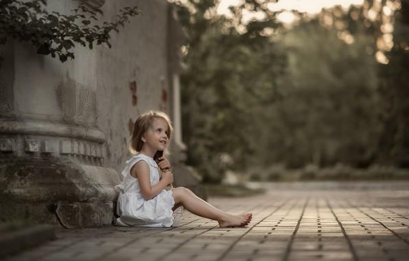Картинка лето, ветки, природа, здание, босиком, девочка, ребёнок, боке, босая, Юлия Кубар
