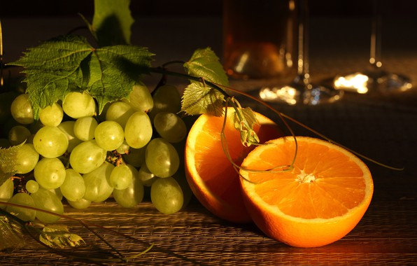 Картинка листья, стол, апельсины, виноград, полумрак, боке