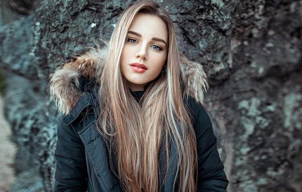 Картинка взгляд, камни, фон, модель, портрет, макияж, куртка, прическа, блондинка, Silvia, красотка, боке, John Noe