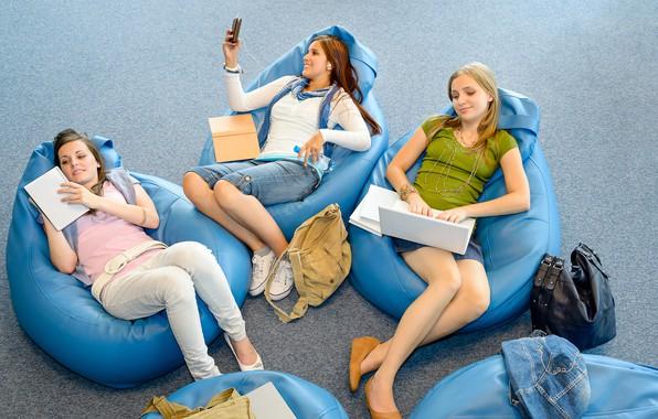 Картинка девушки, настроение, книги, наушники, кресла, три, ноутбук, тетрадь, сидят, позы, рюкзаки, досуг