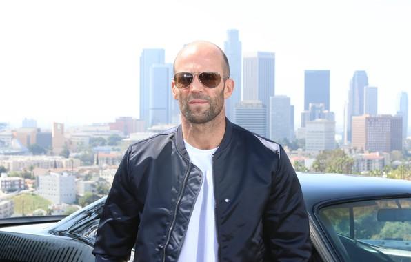 Картинка машина, взгляд, поза, очки, актёр, Jason Statham, улица фон, Джейсон Стейтем