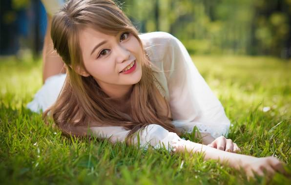 Картинка трава, девушка, улыбка, красивая, смотрит