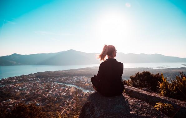 Картинка девушка, солнце, город, спина, высота
