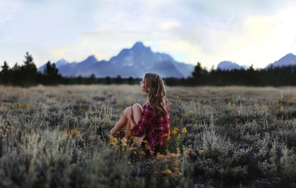 Картинка поле, лето, девушка, горы, сидит