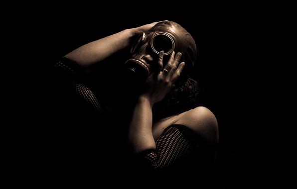 Картинка девушка, фон, противогаз