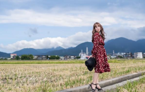 Картинка поле, девушка, город