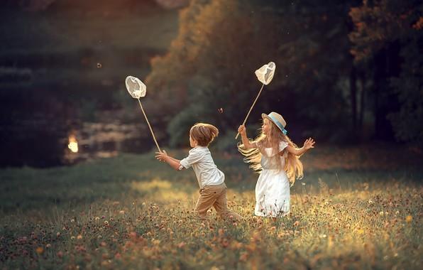 Картинка поле, лето, взгляд, свет, деревья, бабочки, цветы, природа, дети, детство, поза, настроение, берег, поляна, игра, …