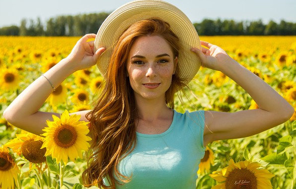 Картинка поле, лето, взгляд, девушка, подсолнухи, лицо, настроение, волосы, шляпа, руки, веснушки, рыжая, рыжеволосая, конопатая, Кирилл …