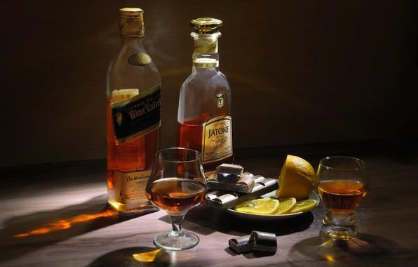 Картинка лимон, шоколад, бокалы, бутылки, натюрморт, коньяк, виски, выпивка, блюдце, дольки, Сергей Фунтовой