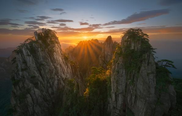 Картинка небо, облака, лучи, горы, China, Солнце, Китай, sky, Sun, mountains, clouds, rays, Zhu Xiao