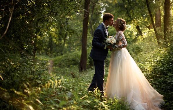Картинка девушка, природа, поцелуй, букет, платье, пара, мужчина, влюбленные, невеста, тропинка, жених