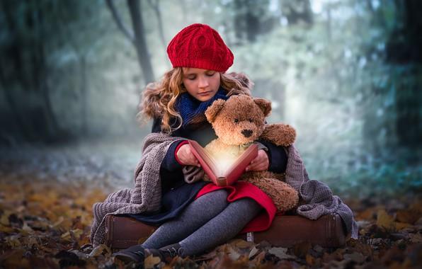 Картинка осень, лес, волшебство, девочка, книга, медвежонок, плед, берет, плюшевый мишка