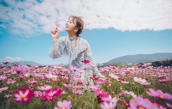 Картинка поле, цветок, девушка, радость, цветы, поза, улыбка, настроение, платье, азиатка, закрытые глаза, космея