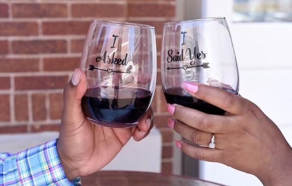 Картинка вино, руки, бокалы, маникюр