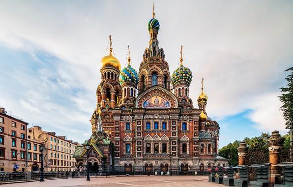 Картинка небо, облака, город, улица, кресты, забор, вид, здания, дома, Питер, площадь, фонари, Санкт-Петербург, церковь, храм, …