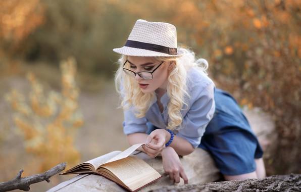Картинка девушка, поза, настроение, шляпа, очки, блондинка, книга, бревно, локоны, чтение, Мурат Кужахметов