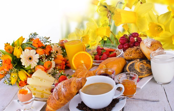 Картинка цветы, стол, яйцо, кофе, апельсин, букет, завтрак, сыр, молоко, клубника, ягода, сок, виноград, чашка, тюльпаны, …