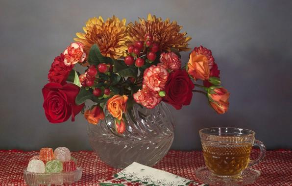 Картинка цветы, стиль, чай, розы, букет, кружка, натюрморт, хризантемы, салфетка, мармелад, гвоздики