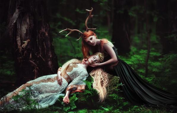 Картинка зелень, лес, лето, взгляд, листья, девушка, природа, поза, смерть, фантазия, девушки, стволы, белое, две, ситуация, …