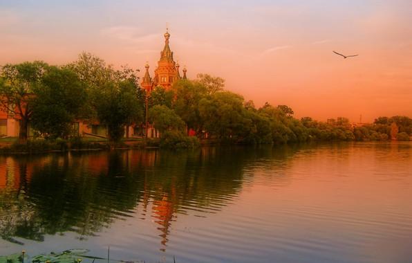Картинка деревья, пейзаж, закат, природа, река, вечер, храм, берега, купола