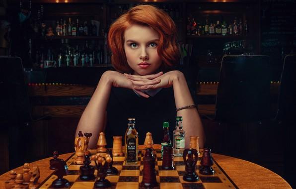 Картинка взгляд, девушка, лицо, руки, шахматы, рыжая, рыжеволосая, бутылочки, Janusz Żołnierczyk, Wiktoria Gajzler