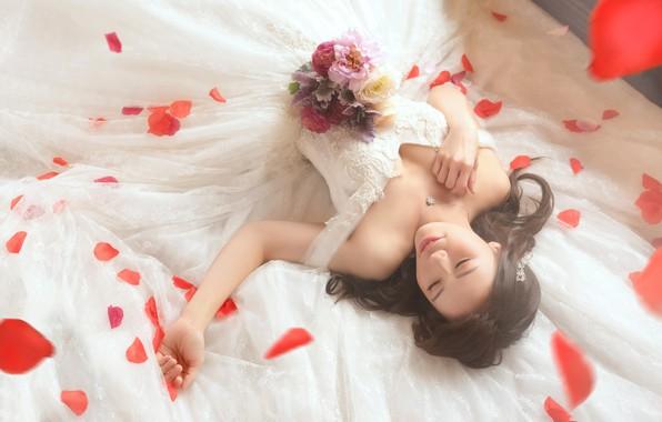 Картинка грудь, девушка, счастье, цветы, поза, улыбка, стиль, настроение, белое, сон, розы, букет, руки, лепестки, платье, …