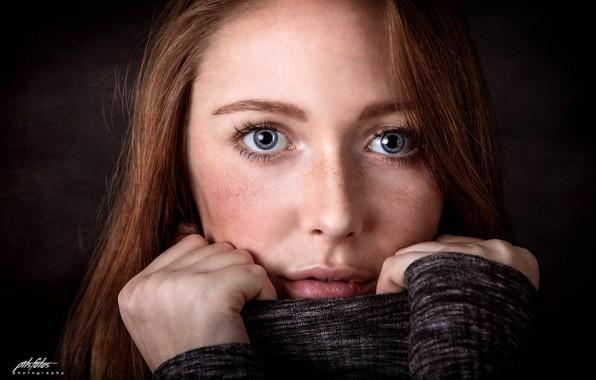 Картинка взгляд, девушка, крупный план, лицо, фон, модель, портрет, руки, макияж, прическа, рыженькая, боке, Lisa, pitsfotos