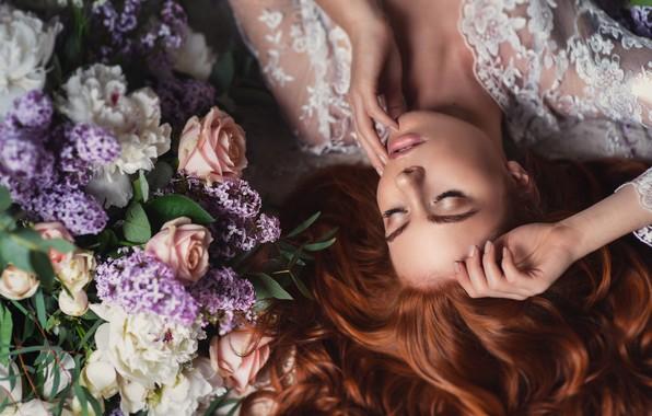 Картинка девушка, цветы, лицо, поза, руки, макияж, рыжая, рыжеволосая, закрытые глаза, Наталия Мужецкая, Анна Сеева