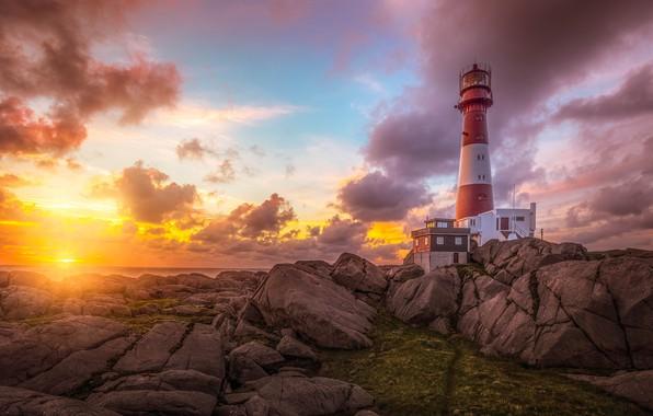 Картинка море, небо, солнце, облака, лучи, свет, пейзаж, закат, природа, камни, скалы, рассвет, берег, маяк, вечер, …