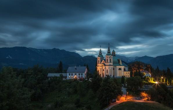 Картинка пейзаж, горы, тучи, природа, дома, вечер, деревня, церковь, Словения, Tunjice, Туньице