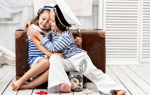 Картинка дети, мальчик, объятия, девочка, ракушки, чемодан, друзья, милые